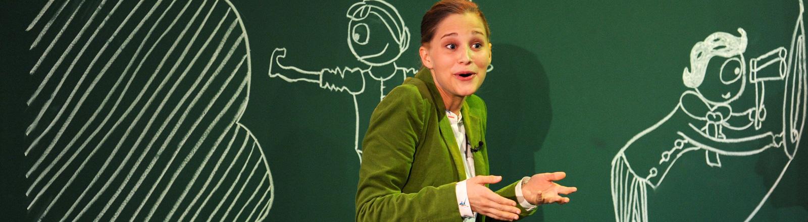 Giulia Enders steht vor einer Tafel