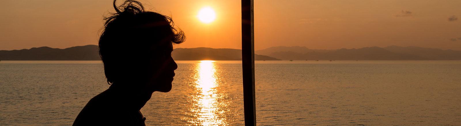 Ein Mann vor dem Sonnenuntergang