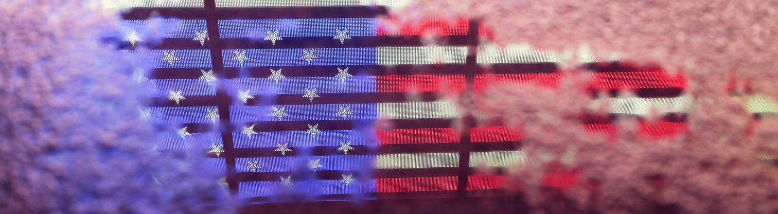Spiegelung der amerikanischen Flagge in einer Pfütze