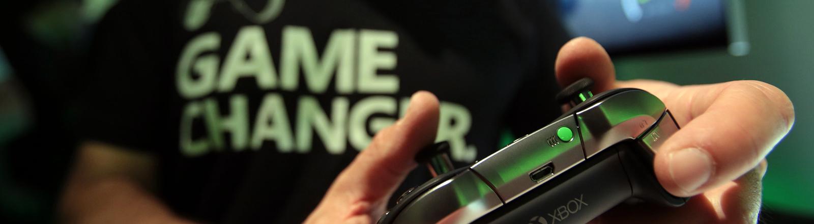 Besucher der Gamescom testen die Spielkonsole Microsoft xbox elite.