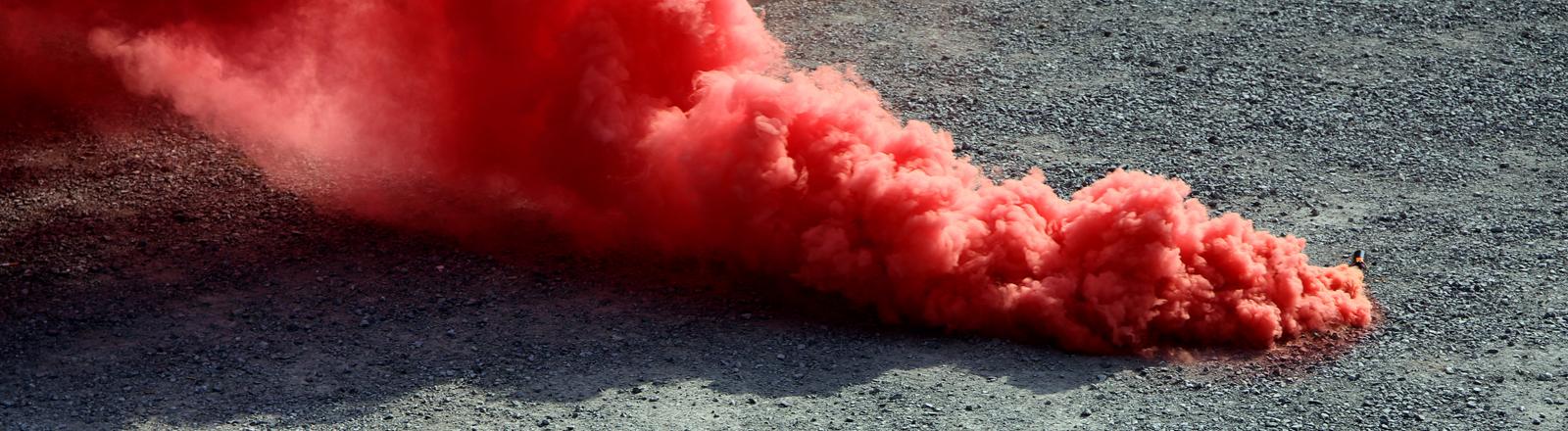 Rote Rauchbombe qualmt