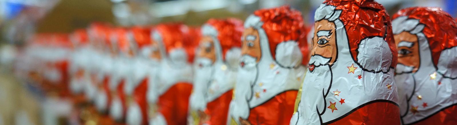 Schoko-Weihnachtsmänner im Regal