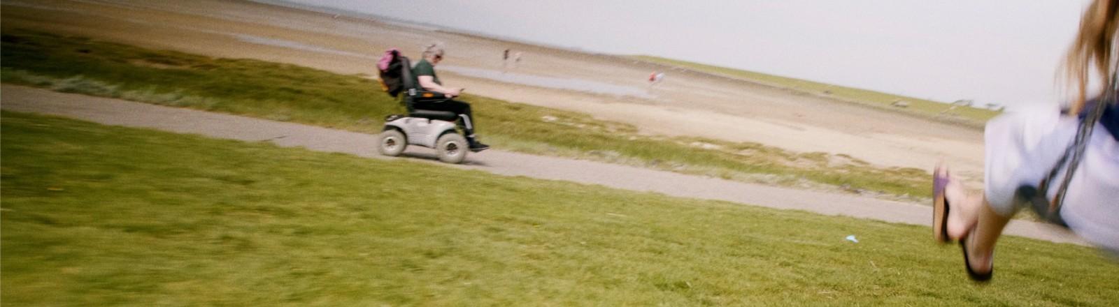 Martina, die Mutter von Paul Herbig, im Rollstuhl am Strand.