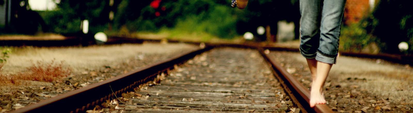 Balancieren auf Bahngleisen