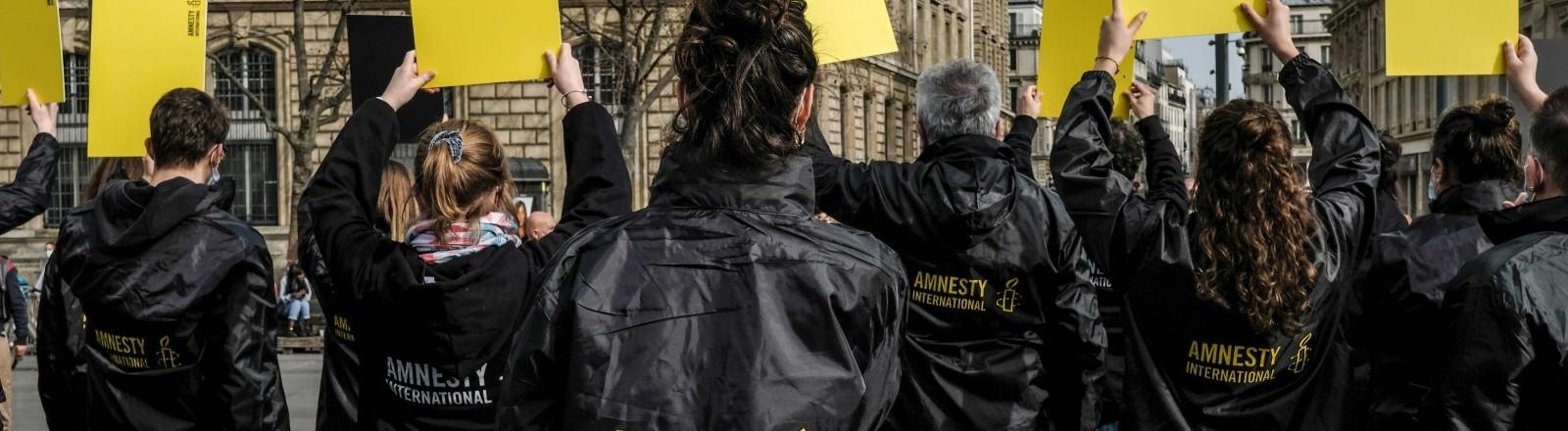 Aktivistinnen und Aktivisten von Amnesty International demonstrieren am 25.02.2021 in Paris.