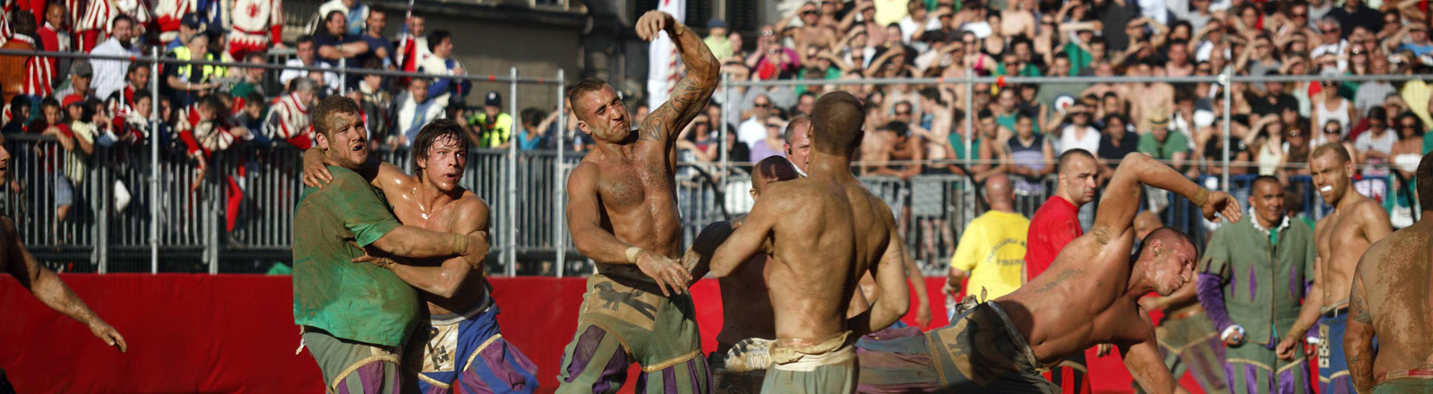 Männer spielen mittelalterliches Fußball