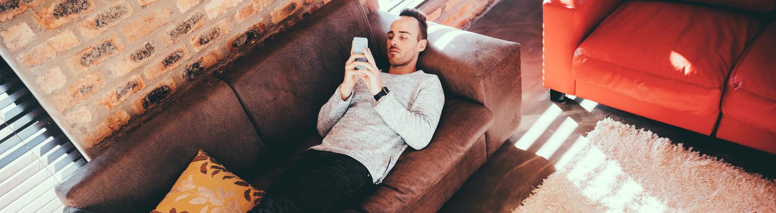 Mann auf Sofa