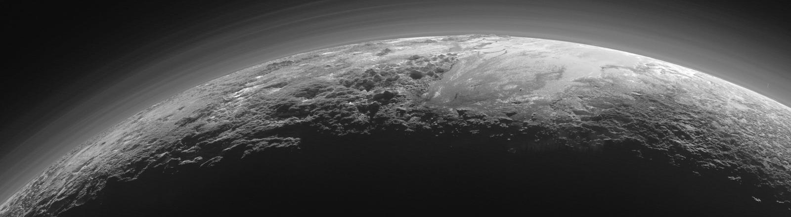 Eisoberfläche des Pluto augenommen durch die Sonde New Horizons. dpa