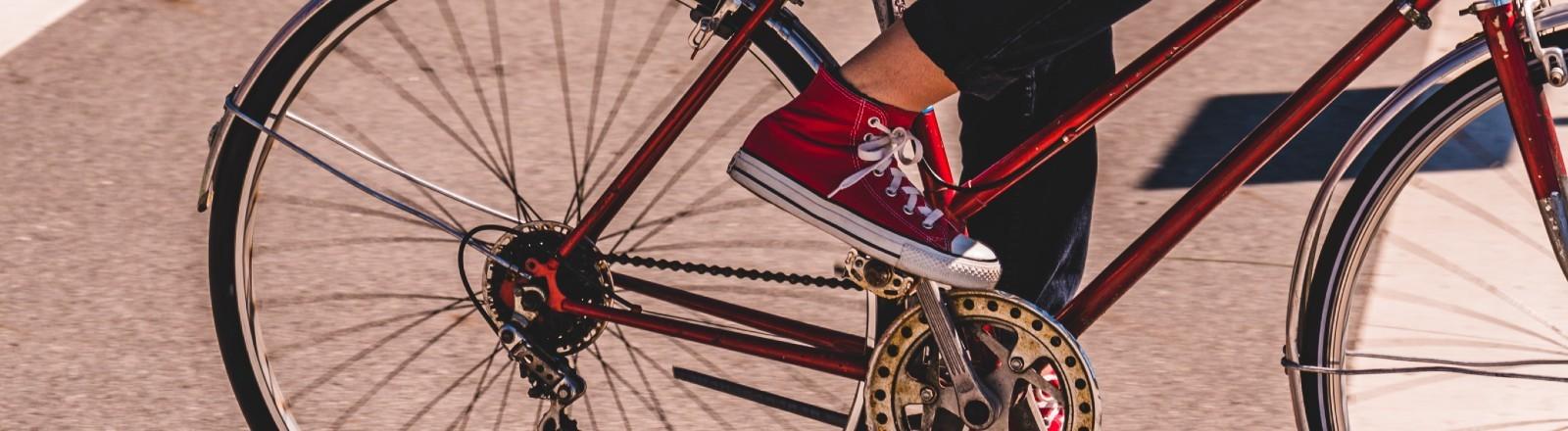 Eine Frau fährt Fahrrad.