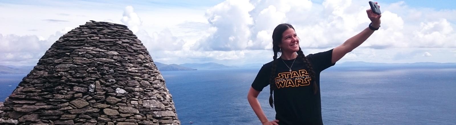Frau posiert auf einer Insel