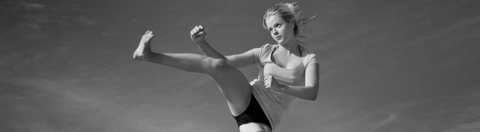 Frau macht Kampfsport.