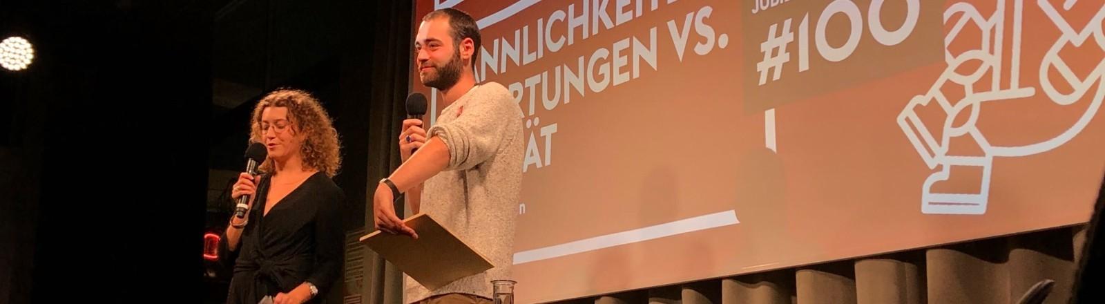 """Sasha Rosenstein und Loren Schaad von """"Die Feministen"""" bei einem Event."""