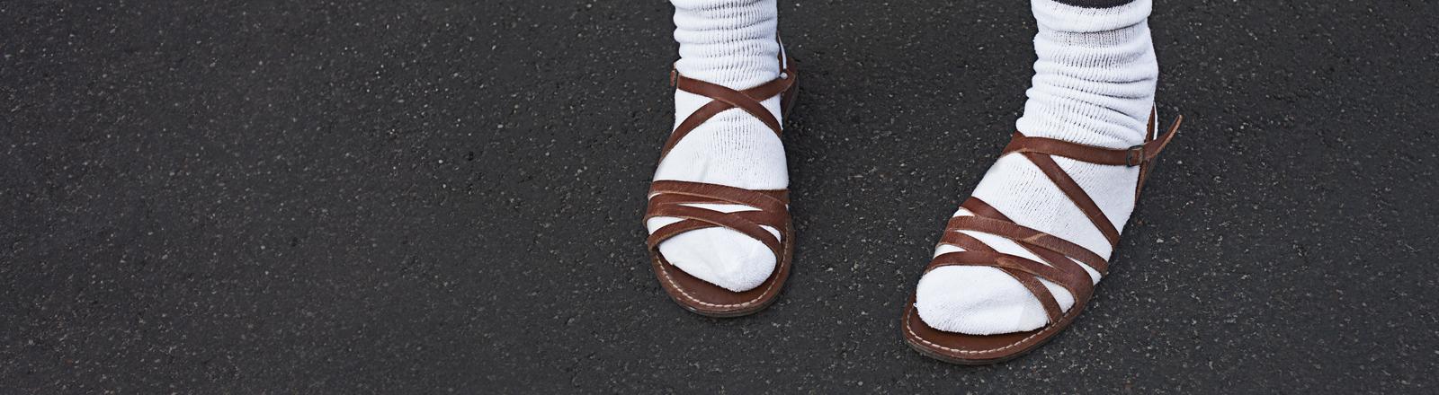 Normcore - Modetrend oder No-Go? Weiße Tennissocken in Sandalen