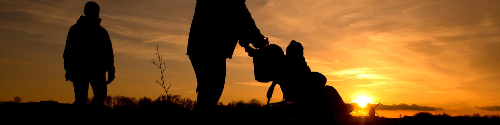 Silhouette einer Kleinfamilie vor Sonnenuntergang. Bild: dpa.