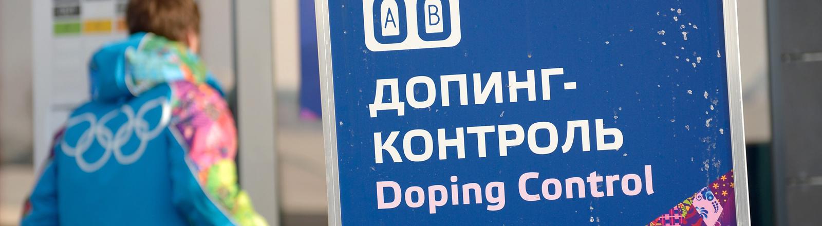 Ein Schild zeigt den Weg zur Dopingkontrolle in Sotschi.