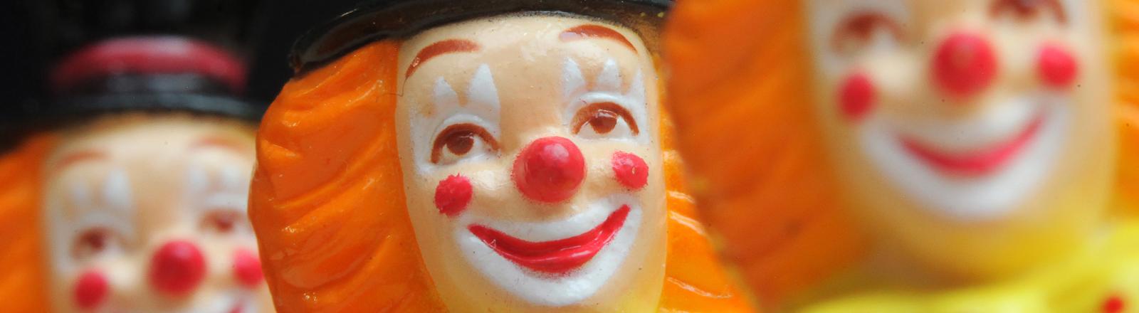 """Clowns mit Trommeln zieren die """"Zugplakette 2014"""" des Mainzer Karnevals"""