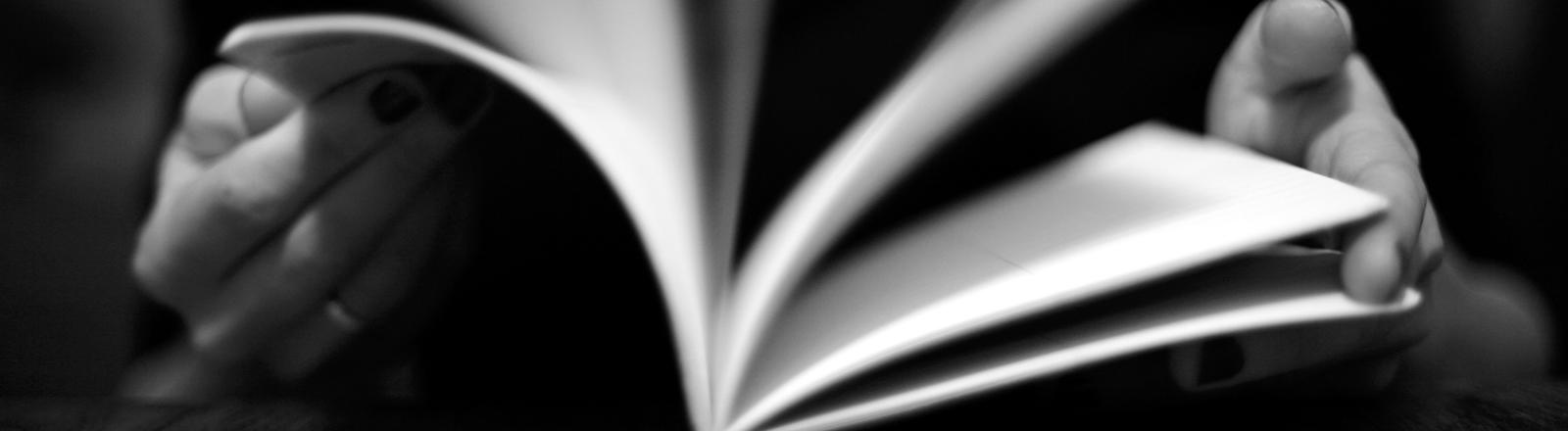 Eine Frau durchblättert ein Buch