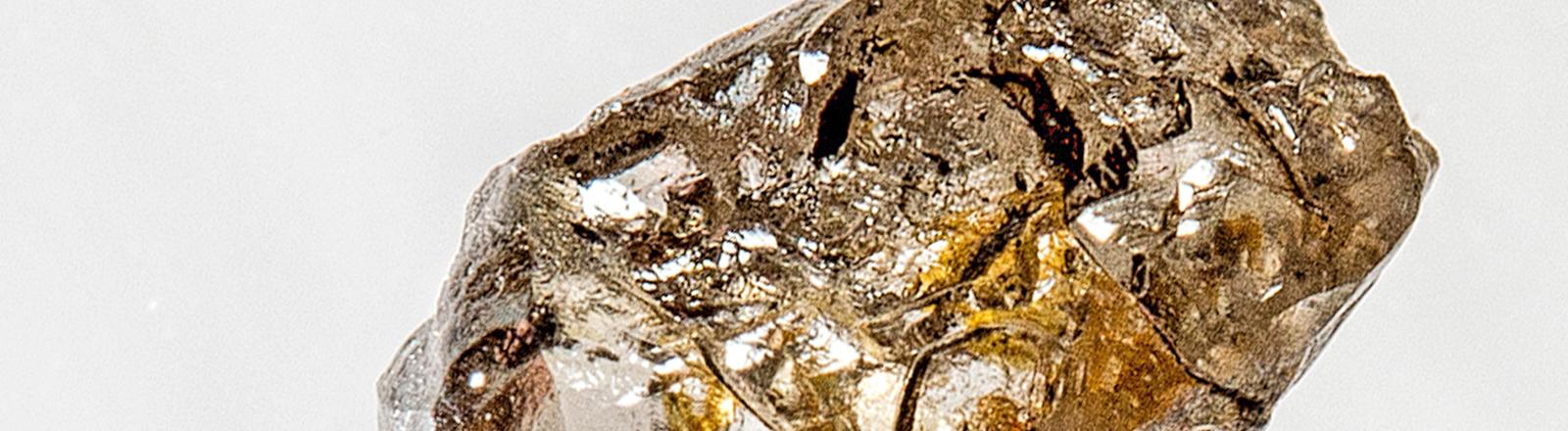 Ein braun-gelber Diamant. Bild: dpa