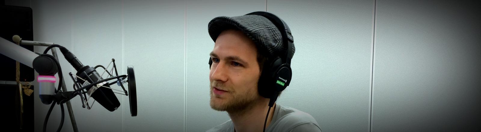 Schauspieler und Musiker Robert Gwisdek im DRadio-Wissen-Studio.