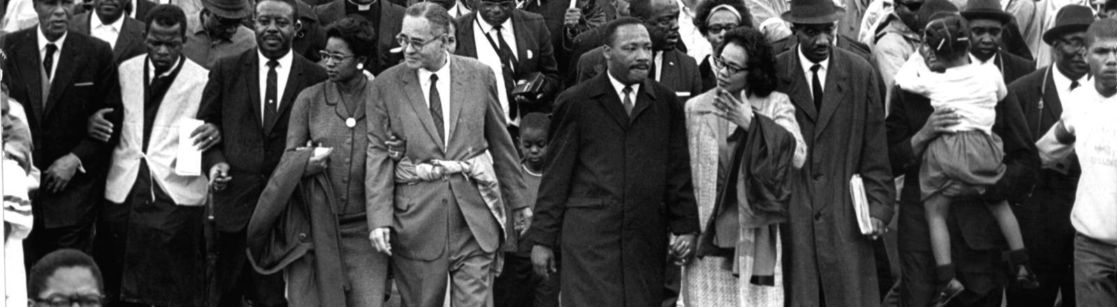 Martin Luther King (Mitte) mit seiner Frau Loretta (rechts von ihm) auf seinem Marsch nach Montgomery.