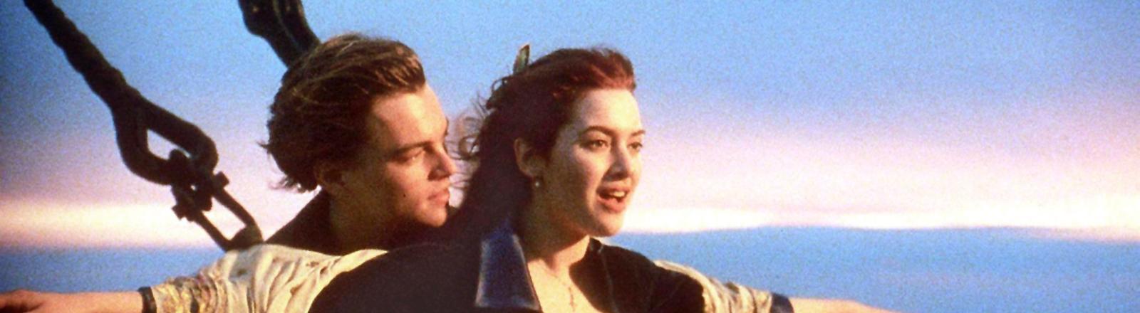 """Kate Winslet und Leonardo DiCaprio in einer Filmszene aus """"Titanic""""."""