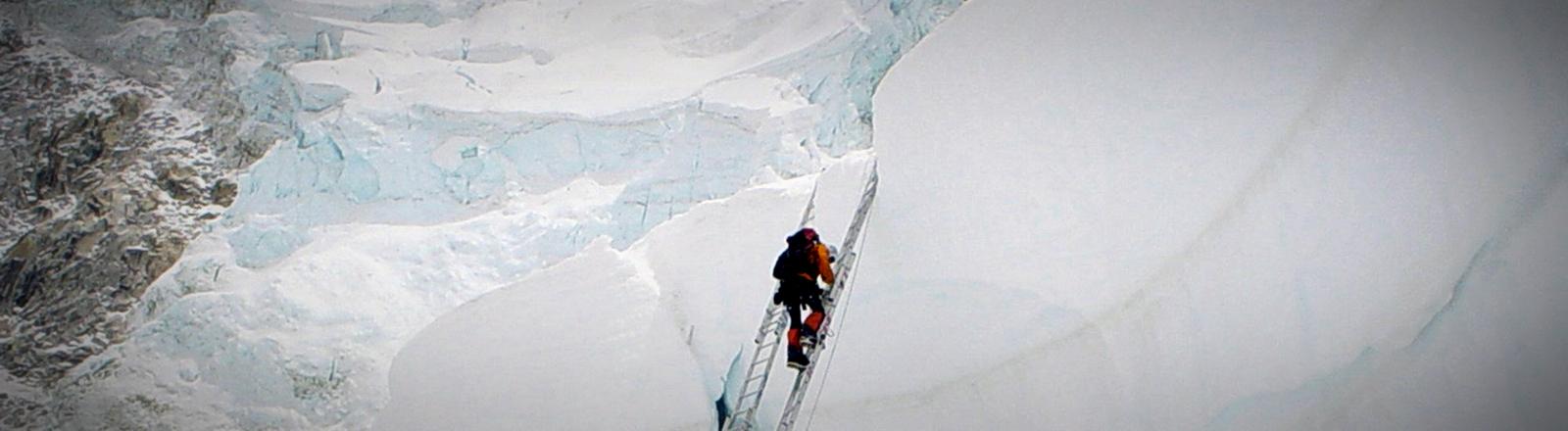 Bergsteiger nutzen eine Leiter an der Nordseite des Mount Everest.