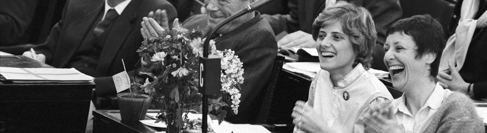 Am 29. März 1983 ziehen die Grünen erstmals in den Bundestag: Petra Kelly und Marieluise Beck auf der Abgeordnetenbank.