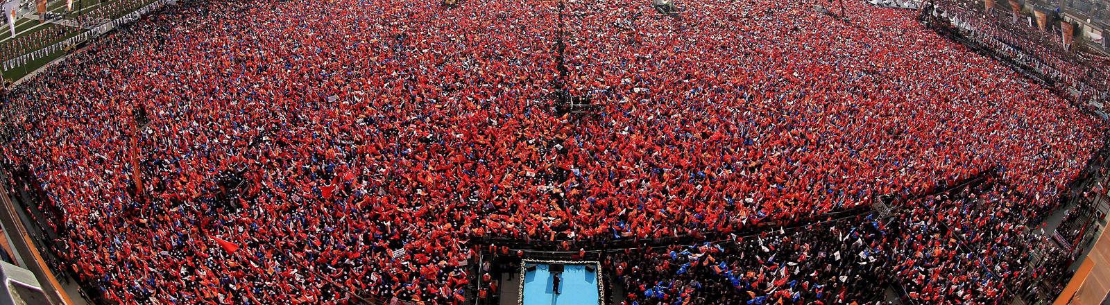 Wahlkampfveranstaltung der AKP in Istanbul. Anhänger jubeln dem Parteivorsitzenden Erdogan an.