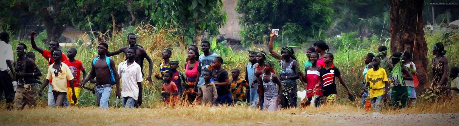 Eine Gruppe Jugendlicher der christlichen Miliz Anti-Balaka marschiert Richtung Bangui, der Hauptstadt der Zentralafrikanischen Republik.