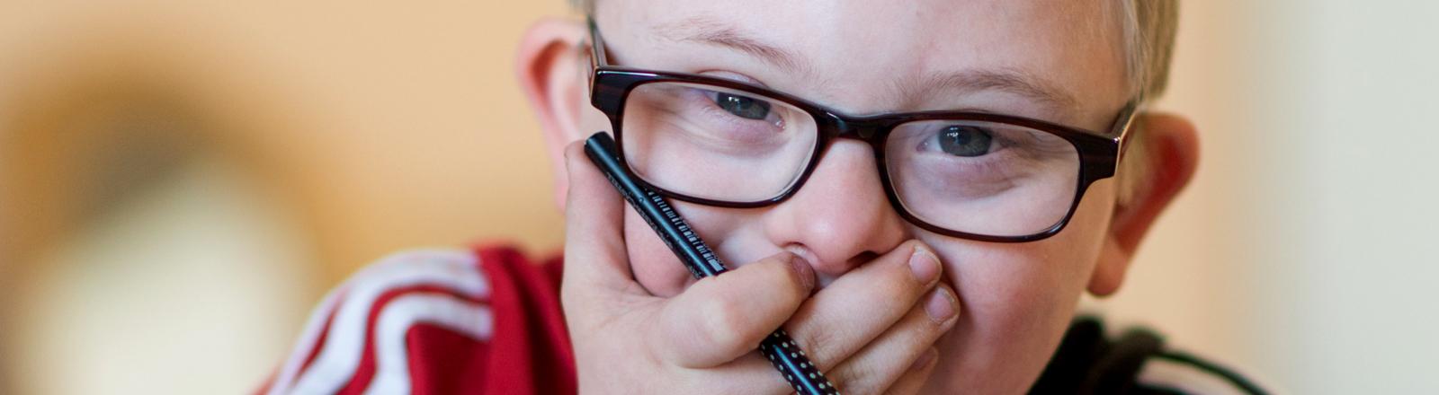 Ein Kind mit Down-Syndrom in seiner Schulklasse