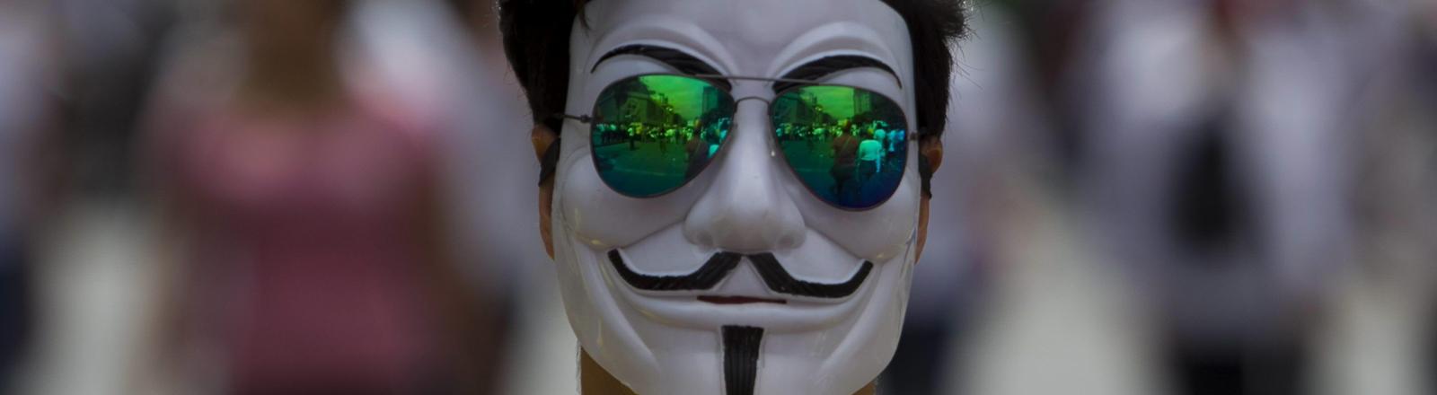 Ein Mann trägt eine Guy-Fawkes-Makse aus Protest in Venezuela