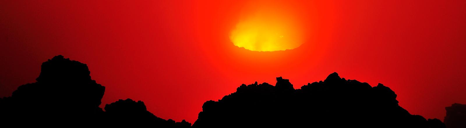 Im Vulkan Nyiragongo ist am 03.01.2014 ein zwei Kilometer großer Lavasee zu sehen, der größte der Erde.