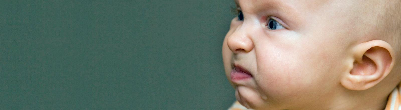 Ein Baby zieht eine recht grimmige Schnute.