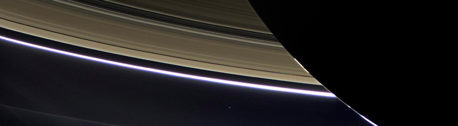 Das Bild zeigt den Saturn mit seinen Ringen.