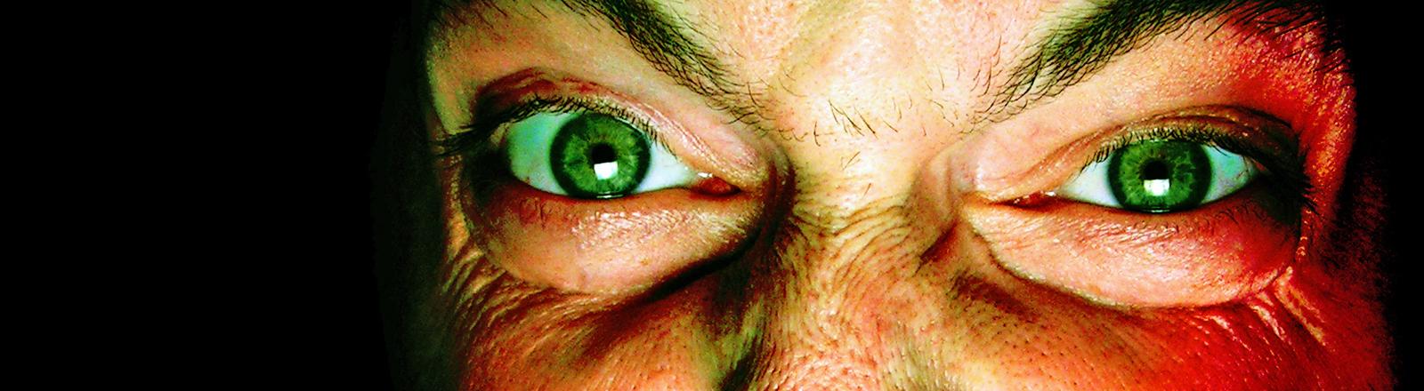 Ein Mann start mit vor Wut verkniffenen Augen in die Kamera.