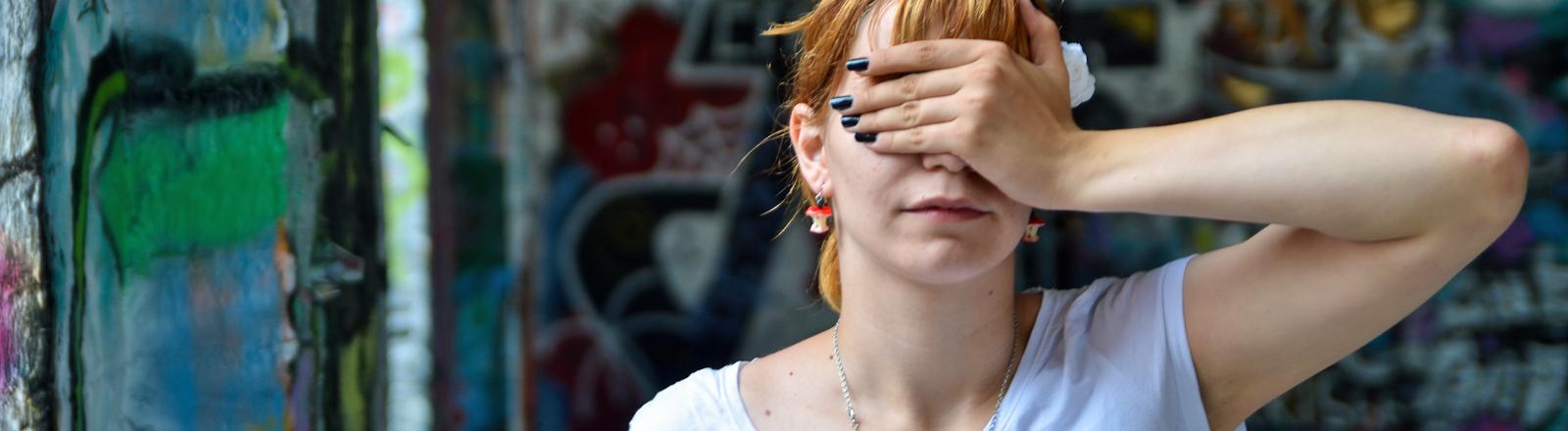 Eine Frau hält sich die Hand vor die Augen: Facepalm!