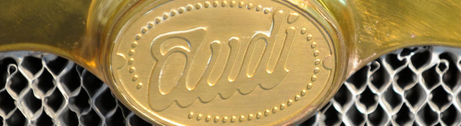 Das Audio-Logo auf dem Kühler eines historischen Mobils.
