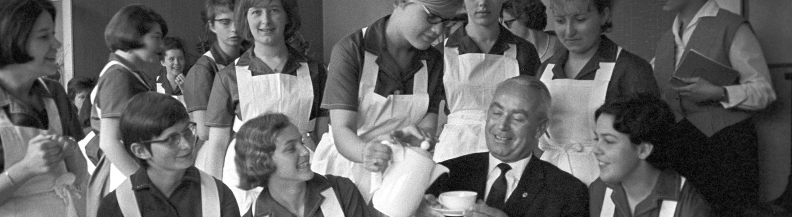 Bundesfamilienminister Heck besucht 1965 eine Gruppen junger Frauen, die sich für das freiwillige soziale Jahr entschieden haben.