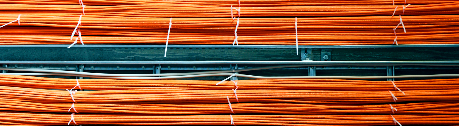 Zwei dicke Kabelstränge