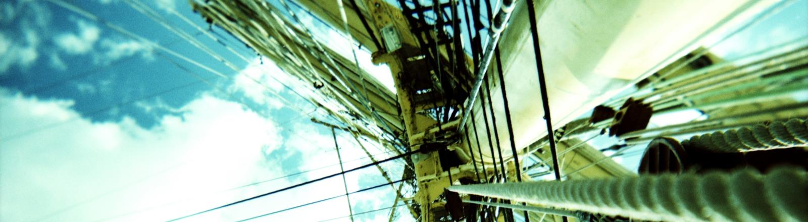 Der Mast eines Segelschiffs von unten