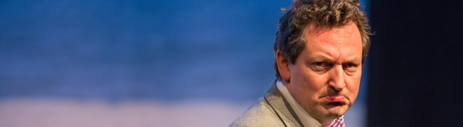 Eckart von Hirschhausen auf der Bühne, er macht ein verkniffenes Gesicht. Bild: dpa