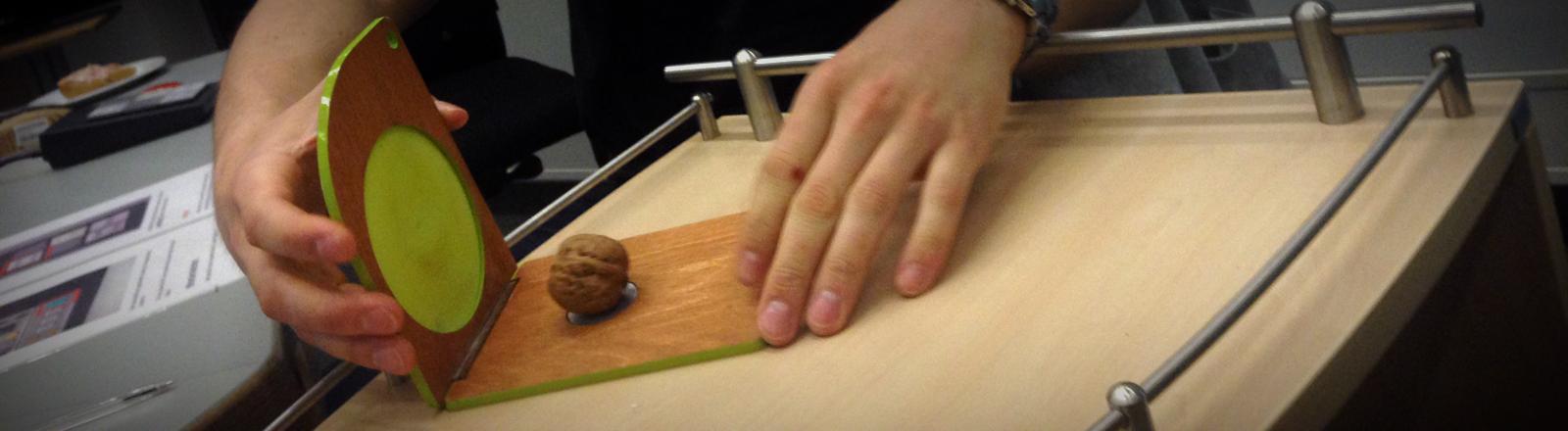 Der Erfinder und Produktdesigner Paul Ketz demonstriert seinen Nussknacker im Studio.