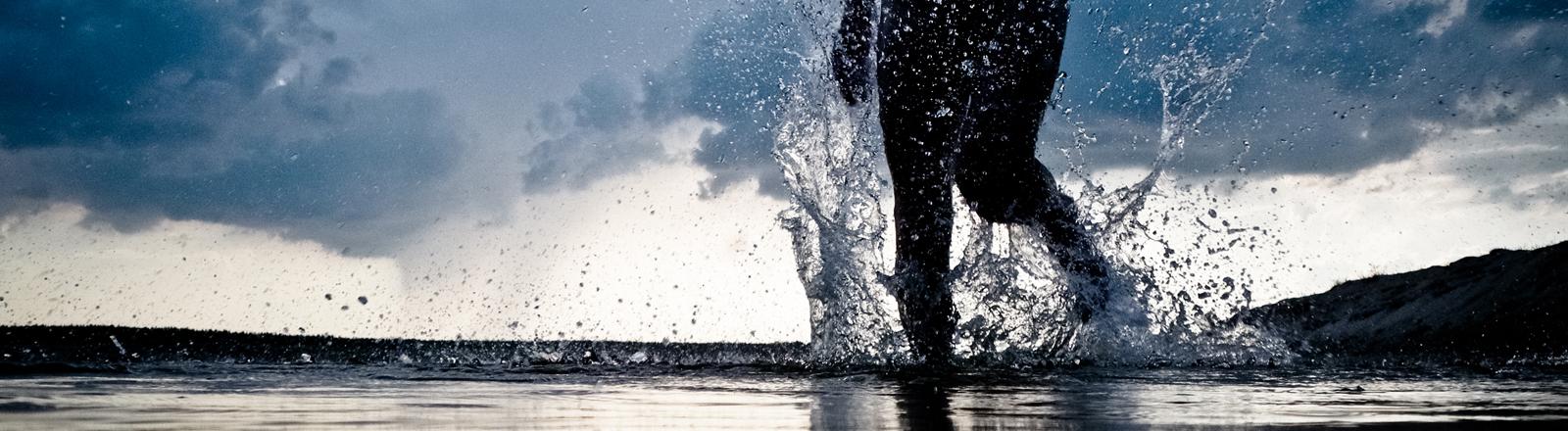 Jemand läuft übers Wasser.
