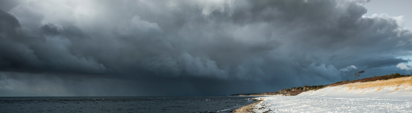 Eine Gewitterfront zieht am Winterhimmel auf.