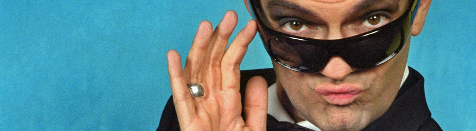 """Axel Herrig, geschminkt als Sänger Falco für das Musical """"Falco Meets Amadeus"""", aufgenommen am 10.4.2002 in Oberhausen."""