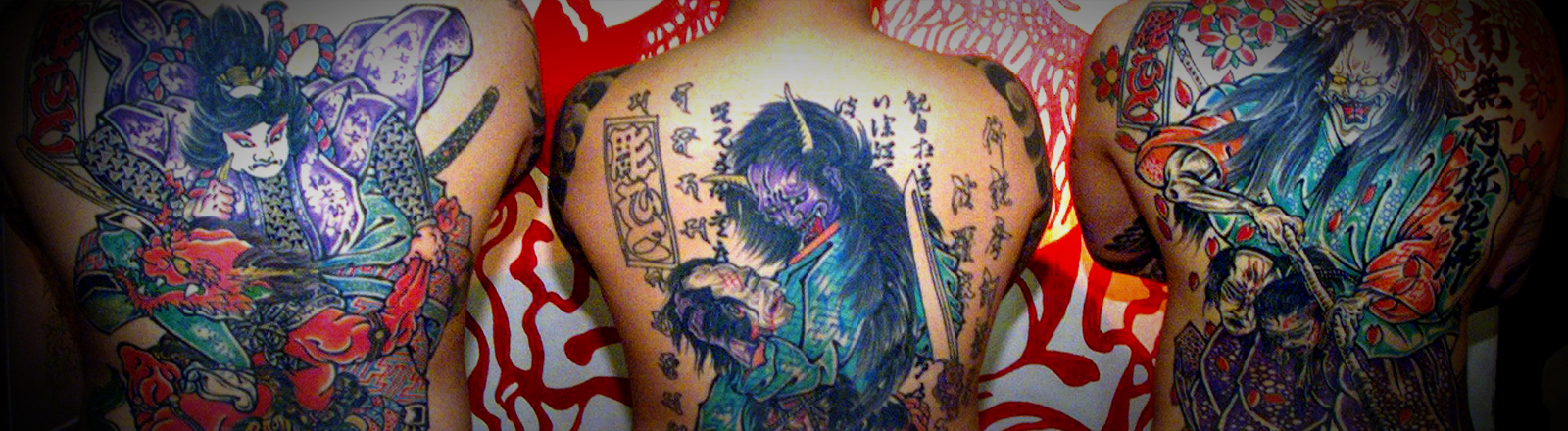 Drei Japaner mit großflächigen Tätowierungen auf dem Rücken