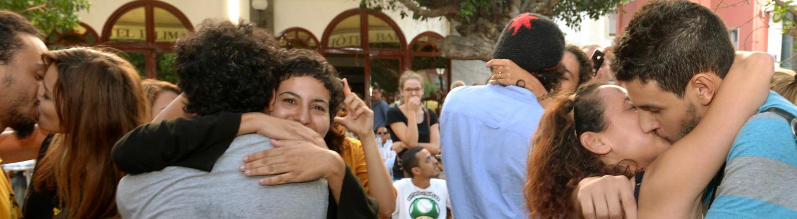 Junge marokkanische Pärchen küssen sich in der Öffentlichkeit.