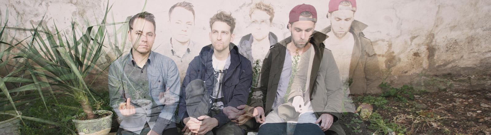 Raffi, Jonas und Moritz von OK KID sitzen nebeneinander. Durch einen Belichtungseffekt sind die letzten Bewegungen der dreien noch erkennbar. Bild: OK KID