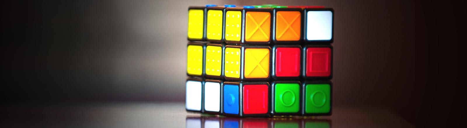 Rubrik's Cube ist ein Würfel mit bunten Würfelelementen, ebenfalls sind Markierungen auf den Elementen erkennbar; Bild: dpa