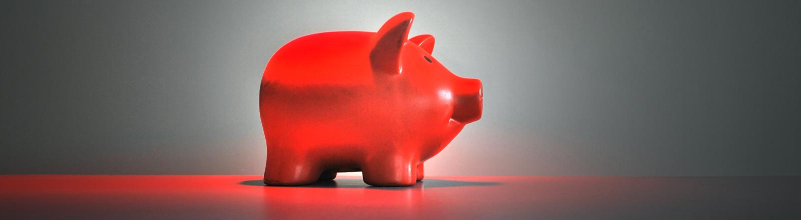 Ein rotes Sparschwein.